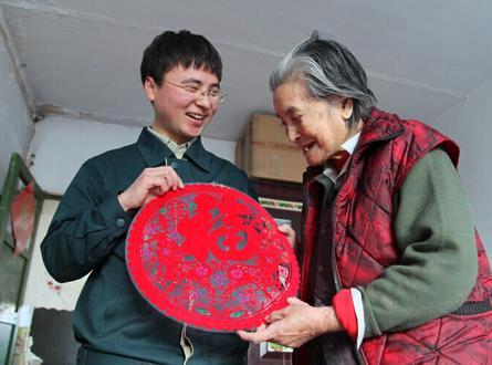 """爱心邮路_""""90后""""投递员为空巢老人铺就""""爱心邮路""""---中国文明网"""