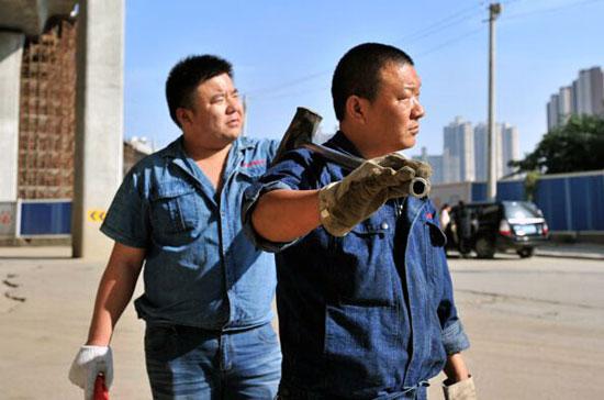 """""""锤钉兄弟""""扛30斤铁锤街头义务除钉 小善之举显担当 - yangruihe987 - 1號"""