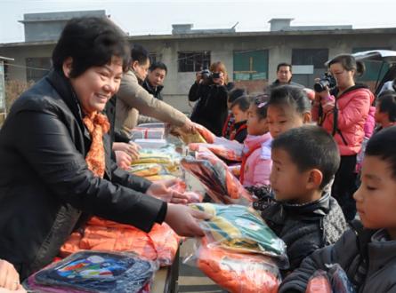 4 韩丰骏为山区儿童捐款捐物。图片来源:新乡市文明办.jpg