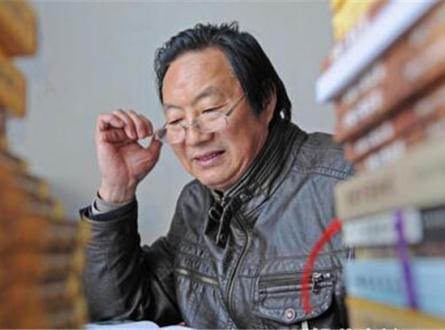 徐荣耀在潜心研究宜都地名故事。(资料图片湖北新闻网).jpg