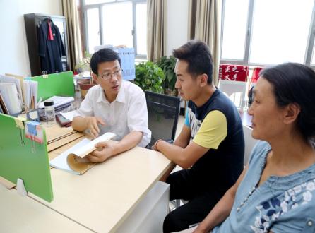 曹旭在办公室接受法律咨询.jpg