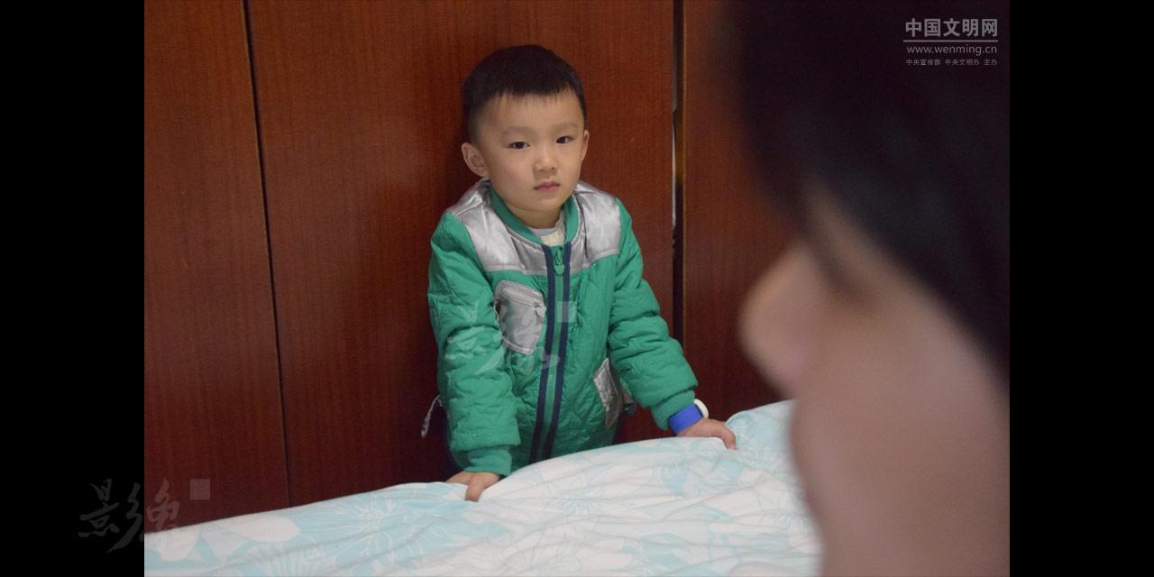 12-儿子熙熙知道爸爸一早就要离开,也有些难过。.JPG