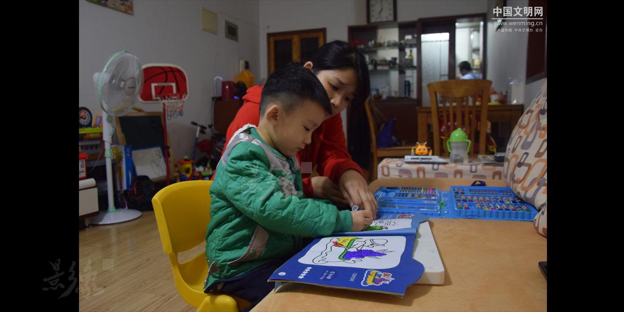 10-罗华陪孩子绘画,等待丈夫张罗的一顿丰盛的晚餐。.JPG