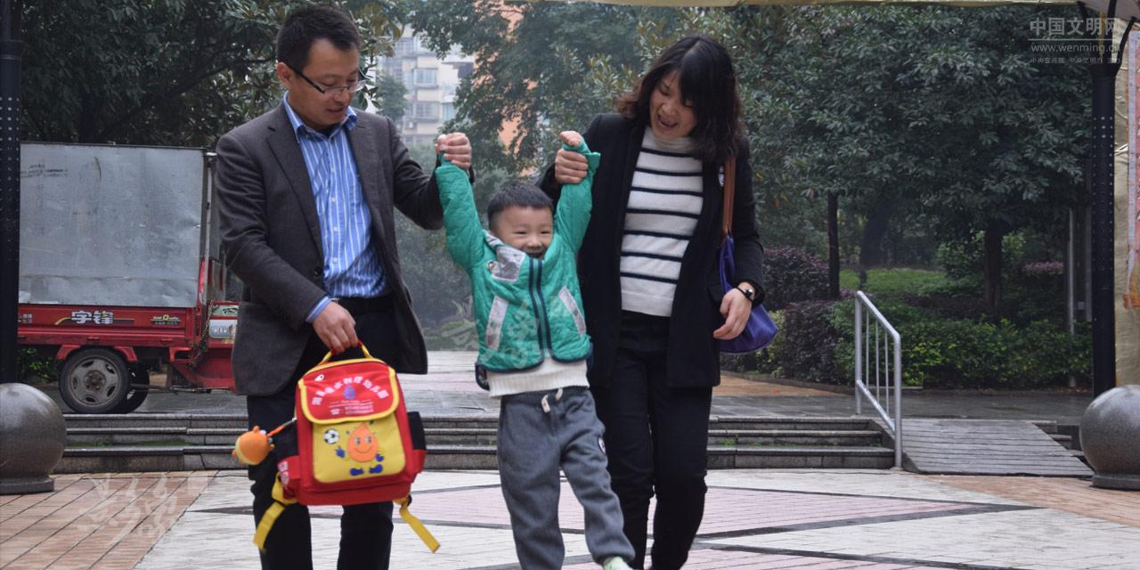 """8-熙熙很开心,走着走着和爸爸妈妈玩起""""荡秋千""""的游戏,这个游戏在别的家庭也许每天都有,但对于熙熙来说,格外珍贵。.JPG"""