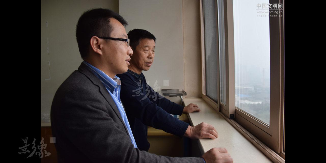 6-谭辉的父亲也从深圳赶回来探望病床上的妻子,父亲在深圳帮助另外一个儿子照顾孙子。久别重逢,父子俩的对话不多,却很温馨。.JPG