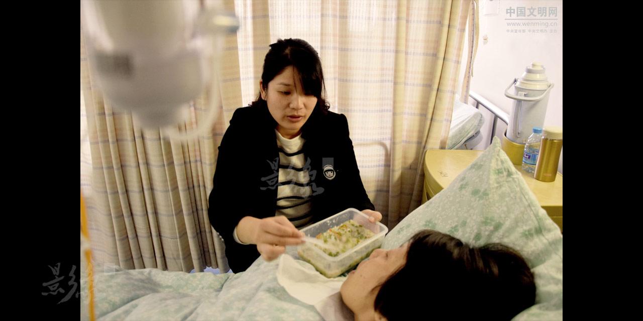 4-婆婆去年经历了脚趾骨折手术,今年又进行膝盖手术,罗华料理完家务和孩子,匆匆来到医院照顾婆婆。.JPG