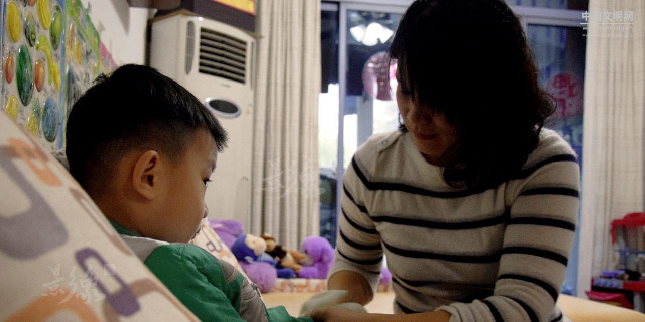 3-谭辉和罗华两地分居,为了支持丈夫的事业,罗华不得不挑起独自照顾家庭的重担。.JPG