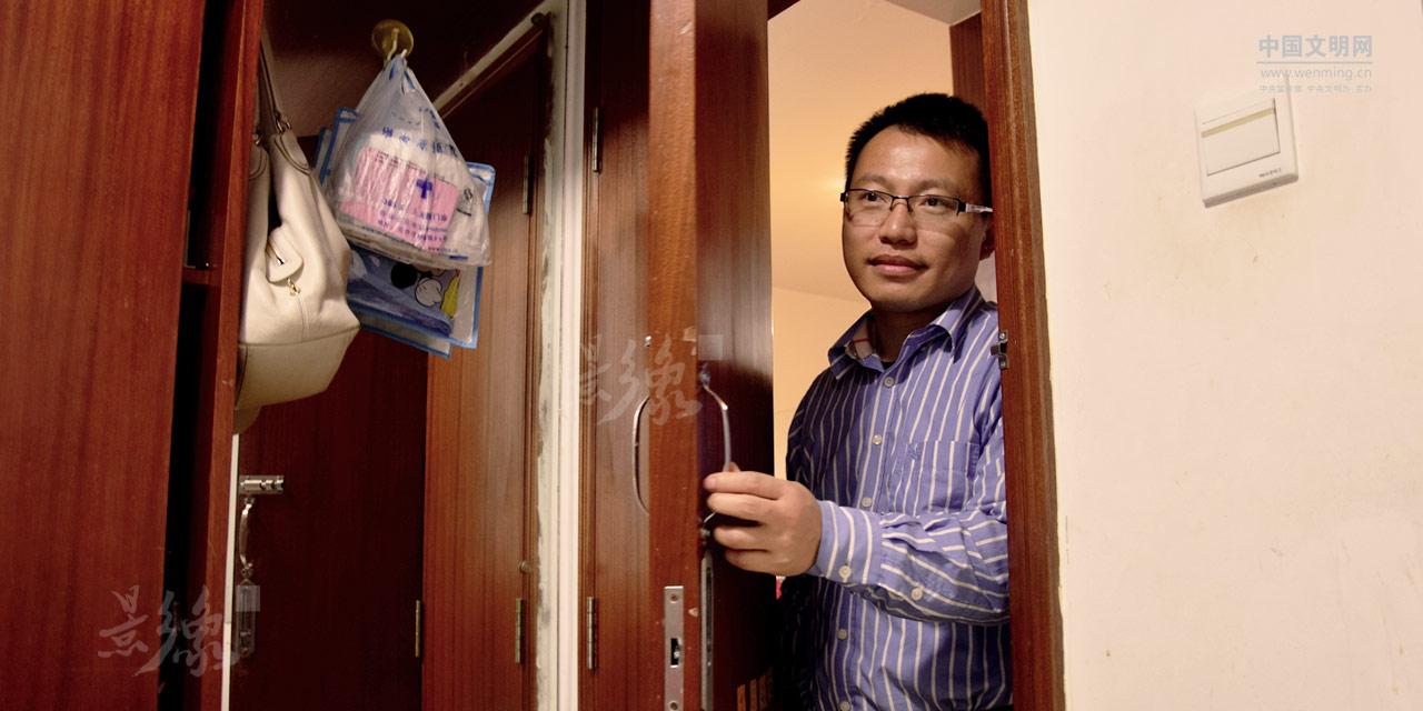 1-谭辉,重庆大学科研教师,研究工业CT,他有无数科研成果,但他一年与妻儿团聚的日子却屈指可数。.jpg