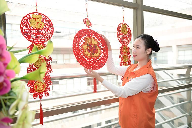 禅城区行政服务中心内,志愿者摆放新年摆件 副本.jpg