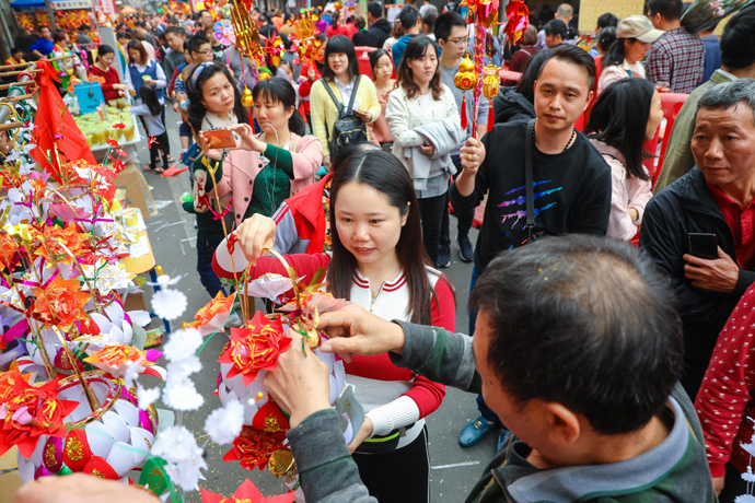 市民正在挑选心仪的花灯。图片来源:佛山日报 王伟楠 摄s.jpg