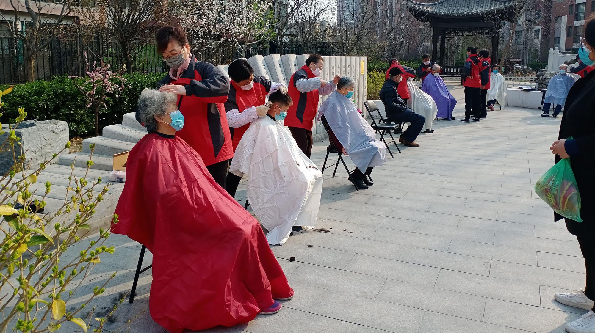 五常五送志愿者義務為社區老人獨居、空巢老人理發.jpg