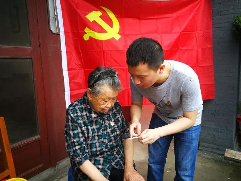 """江苏如皋""""90后""""党员:无论走多远 都不能忘记来时的路"""