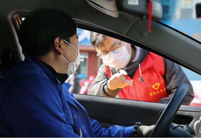 """江苏江阴:""""志愿红""""温暖文明城"""