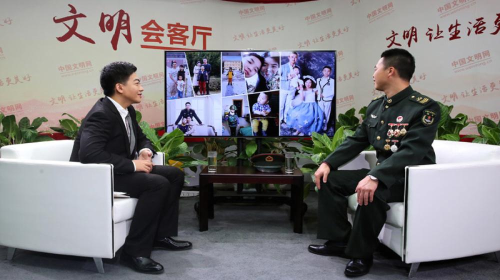 第一屆全國文明家庭代表、陸軍某輸油管線管理大隊三級軍士長邱洪濤接受《40人對話40年》欄目專訪。2中國文明網-段琳玉-攝.jpg