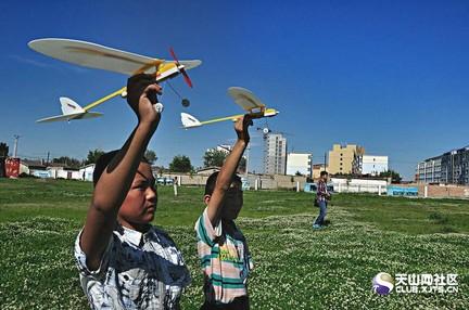 """本次航模比赛分为折纸飞机(z);""""小飞龙""""弹射飞机(f);""""红雀""""橡筋动力"""