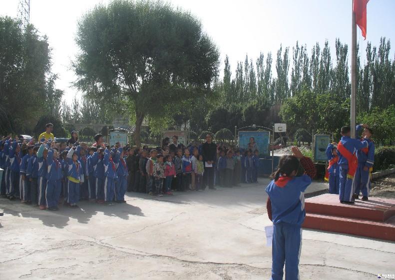 向国旗敬礼,做一个有道德的人 -新疆文明网
