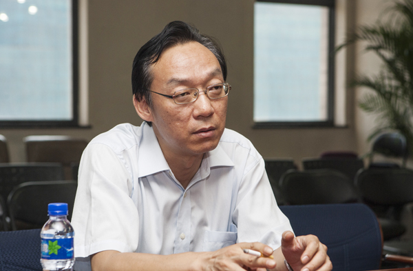 7月23日下午,西单图书大厦总经理杨峰在座谈会上讲话.